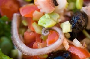 Insalata di polpo con spinaci e fave