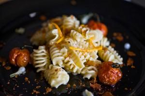 Pasta con aglio selvatico, pomodorini confit, bottarga di muggine e arancio