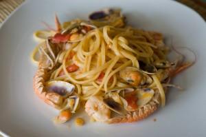 Linguine telline e scampetti con aglio selvatico