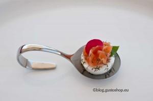 Amuse bouche con bufalina e salmone marinato alla svedese, aneto, cedrina e geranio